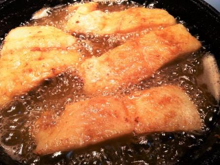 Fried perch with raw garlic sauce